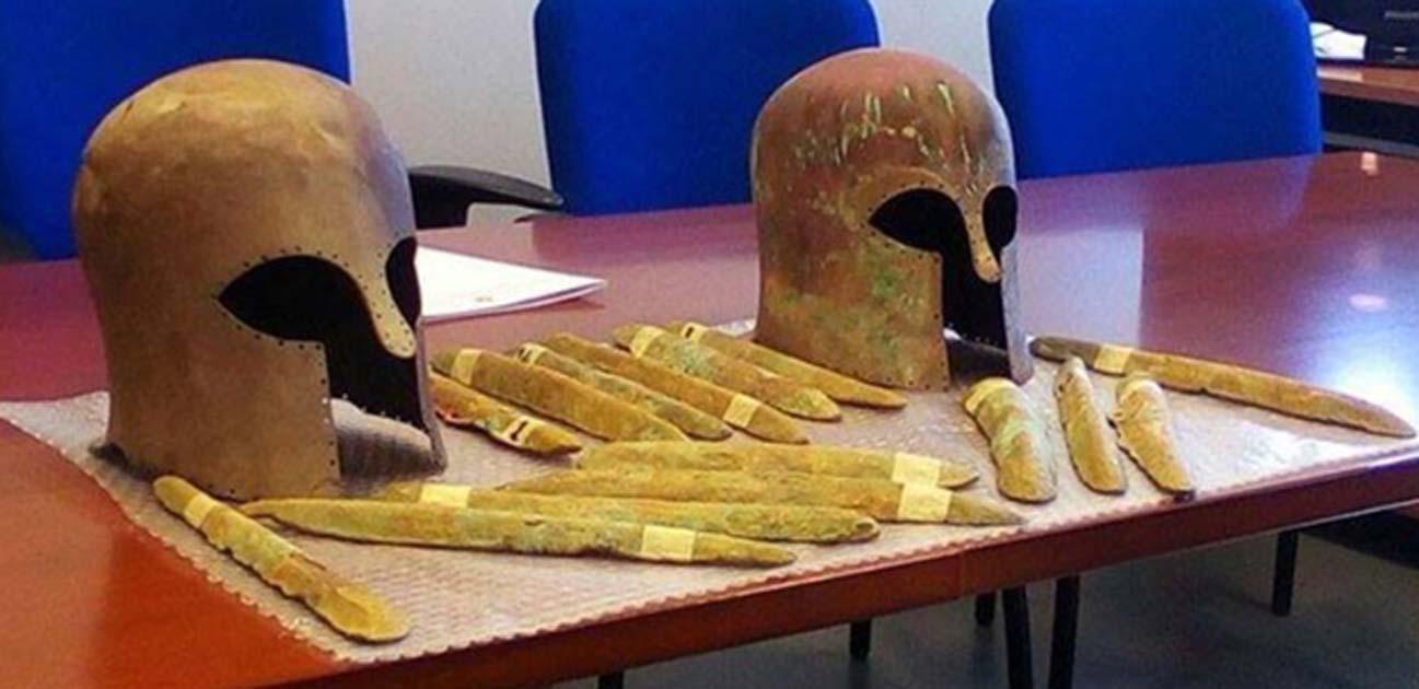 Portada - Lingotes de oricalco y cascos corintios de bronce hallados entre los restos de un barco naufragado hace unos 2.600 años junto a las costas de Sicilia. (Superintendencia del Mar, Sicilia)