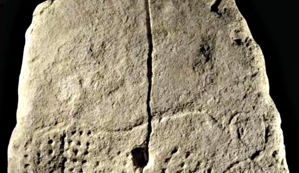 Portada - Losa con diseño de un uro adornado con una serie de orificios alineados. La pieza data de 38.000 años atrás. (Fotografía: La Gran Época)