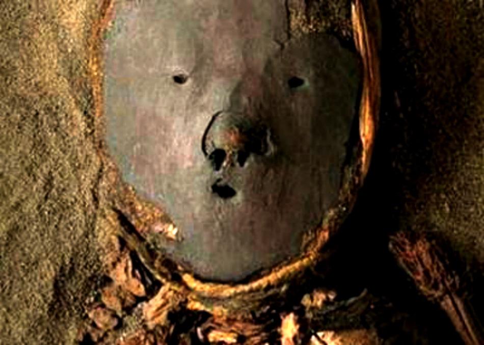 Portada - Máscara de barro de una momia Chinchorro. (Fotografía: El Morrocotudo)