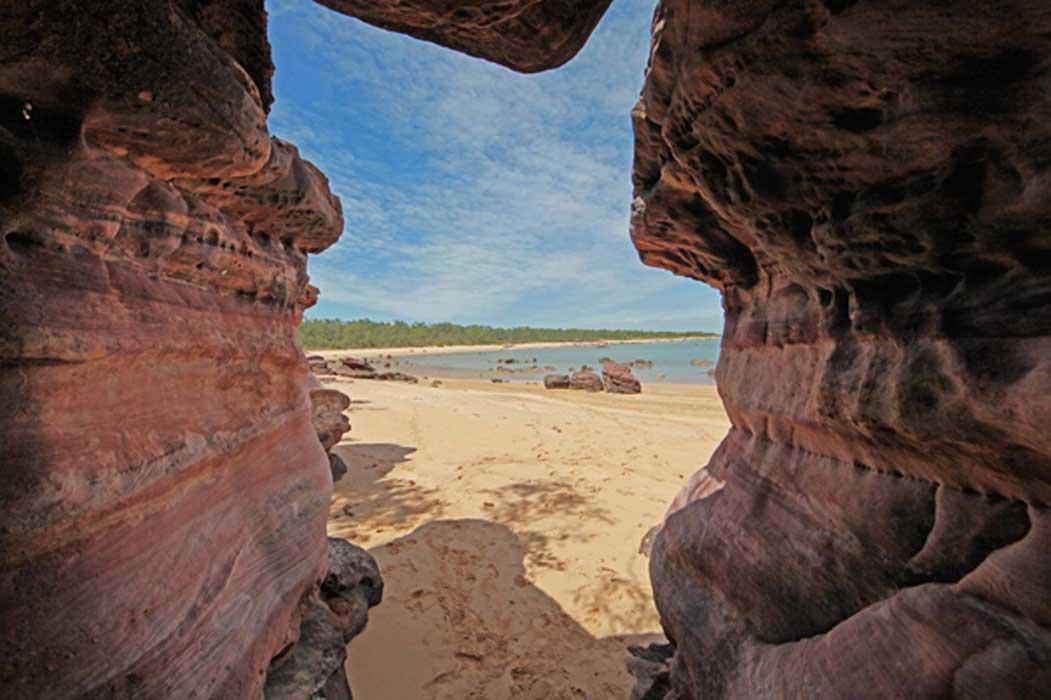Portada - Vista a través de rocas sagradas más allá del centro Dhambala Homeland, isla Elcho. Fuente: Past Masters