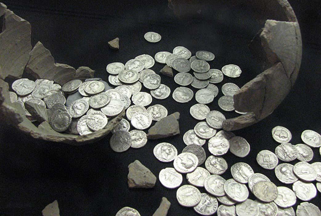 Portada - Monedas romanas descubiertas en Llanvaches, Monmouthshire, Gales, en el año 2006. Se han encontrado monedas romanas asimismo en varias localizaciones de toda Escandinavia. (Fotografía: Helen Hall/CC BY SA 2.0)