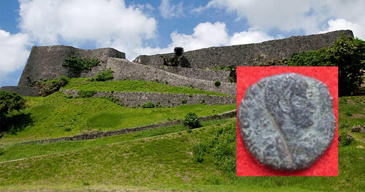 Portada - Castillo Katsuren, Uruma, Prefectura de Okinawa, Japón. (kanegen/CC BY 2.0) Detalle: moneda romana de cobre del siglo IV hallada recientemente en el castillo. (Consejería de Educación de Uruma)