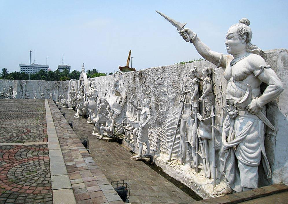 Portada-la esquina nordeste de un monumento nacional Indonesio. En esta sección del mismo el Imperio Majapahit está representado por Gajah Mada, en primer plano a la derecha. Yakarta, Indonesia. (Wikimedia Commons)