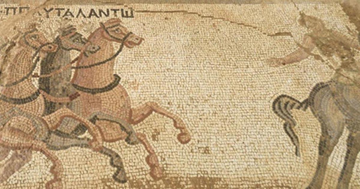 Portada - Detalle del mosaico en el que se observa una carrera de cuadrigas. (Fotografía: Pavlos Vrionides)