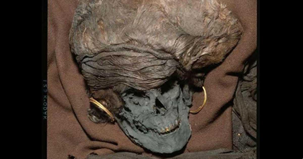Portada - El análisis de los restos de la mujer de Skrydstrup, de la Edad del Bronce, demuestra que viajó hasta Dinamarca procedente de algún lugar de Europa cuanto tenía entre 13 y 14 años de edad, muriendo pocos años más tarde. Se trataba de un importante personaje de la sociedad de entonces, una mujer físicamente atractiva que fue enterrada como correspondía a un miembro de la élite de la época. (Fotografía: Museo Nacional de Dinamarca)