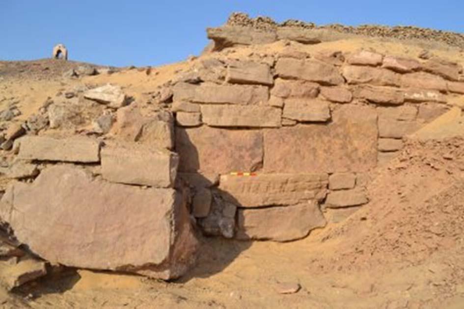 Portada - El muro recientemente desenterrado en el antiguo yacimiento egipcio de Qubbet Al-Hawa. (Fotografía: Ministerio de Antigüedades)