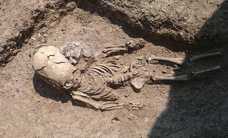 Portada - Restos óseos de un niño de corta edad con el cráneo elongado hallados recientemente en Crimea. Fotografía: Archaeology Fund