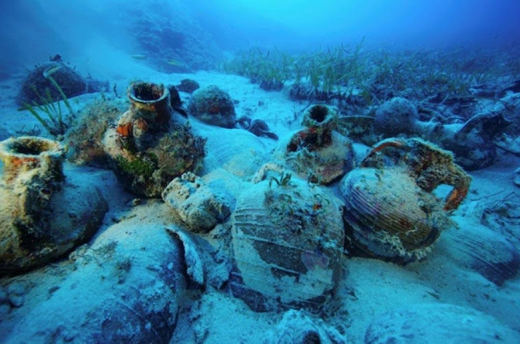 Portada - Ánforas hundidas en el fondo marino de uno de los pecios descubiertos en torno a la isla griega de Furnoi. Fuente: Vassilis Mentogiannis/Eforato Helénico de Antigüedades Submarinas