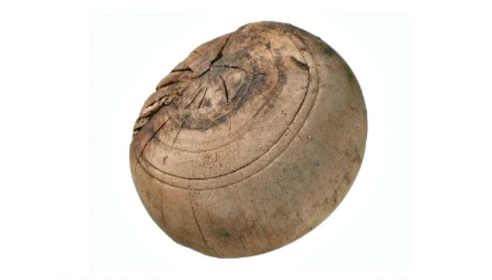 Portada - Antigua bola de madera perteneciente a un juego de bolos encontrada en el yacimiento londinense. Museo de los Docklands de Londres, Inglaterra. (Fotografía: La Gran Época)
