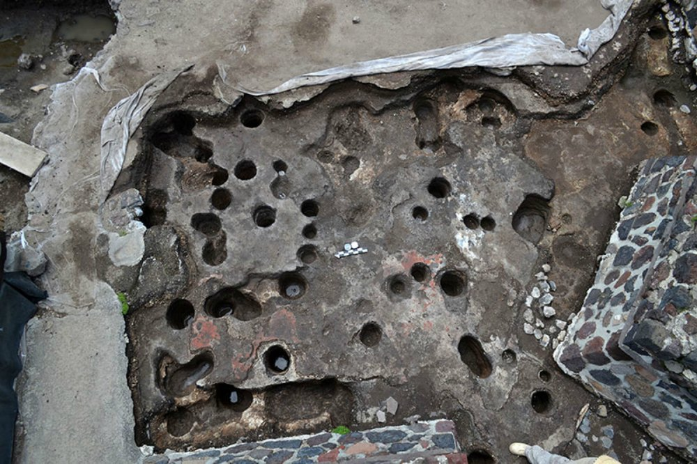 Portada - Oquedades localizadas en el piso, esquina suroeste de la Estructura A. (Fotografía: Proyecto Estructura A, Plaza de la Luna, Teotihuacán, INAH)