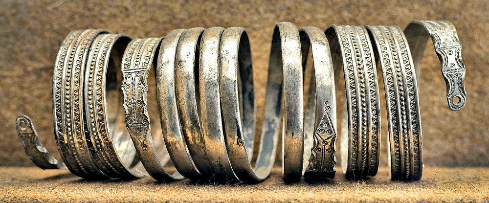 Portada-Brazalete de plata descubierto en el interior de una vasija cerámica hallada en el castro de Las Labradas, Arrabalde, Zamora. Datado en el siglo I a. C. (Fotografía: Ángel M. Felicísimo-FLICKR)