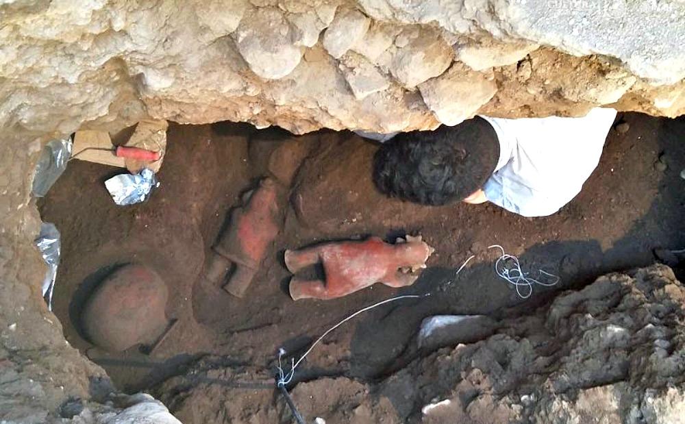 Portada - Uno de los arqueólogos del INAH estudiando la tumba recientemente descubierta. (Fotografía: Rafael Platas/INAH)