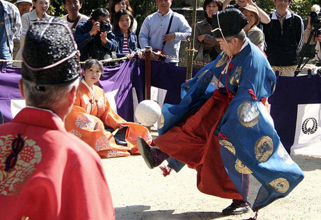 Portada - partido de Kemari en el Santuario Tanzan, prefectura de Nara, Japón. Fotografía: (CC BY-SA 3.0)