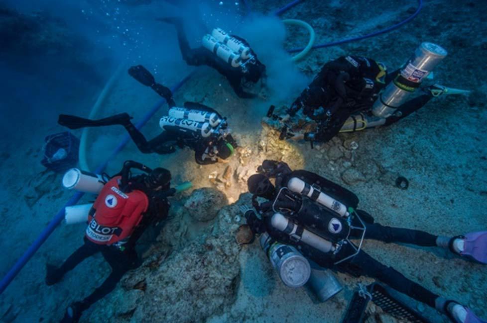 Portada - Submarinistas examinan huesos humanos recuperados en el pecio de Antikythera. (Fotografía: Brett Seymour, EUA/WHOI/ARGO)