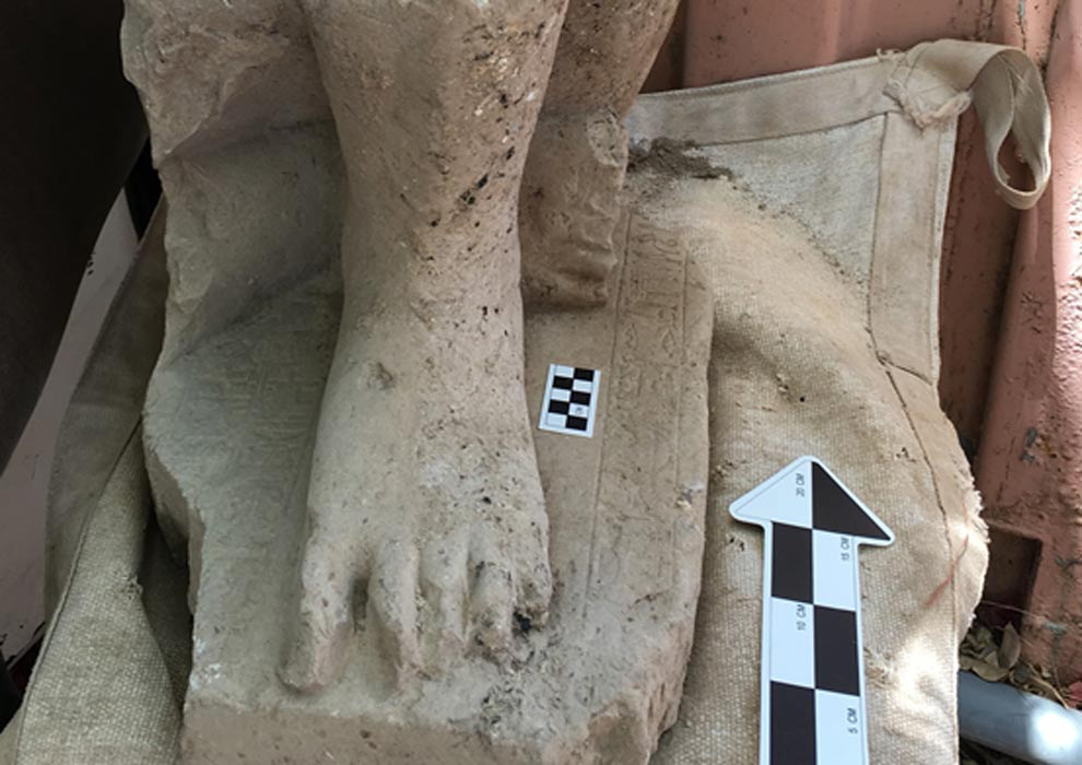 Portada - Pie izquierdo de la monumental estatua egipcia de un alto funcionario del Imperio Medio de Egipto, hallada recientemente en el antiguo palacio administrativo de Hazor, al norte del Mar de Galilea, Israel. (Fotografía: Shlomit Bechar)