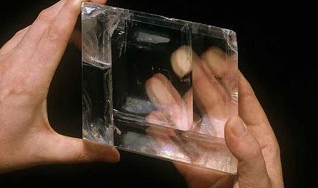 Portada - Imagen de portada: Cristal de Calcita descubierto en un barco isabelino. Este cristal habría ayudado a los vikingos a orientarse en sus travesías. Crédito: Museo de Historia Natural de Londres.
