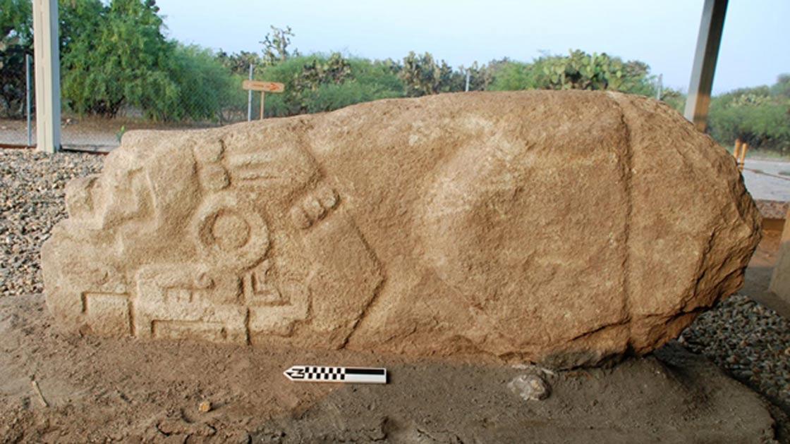 Portada - La piedra del cocodrilo de Lambityeco fue trasladada y puesta boca abajo, aunque al parecer la gente seguía acudiendo a quemar incienso delante de ella en las ceremonias religiosas. (Fotografía: © Linda Nicholas, Museo Field)