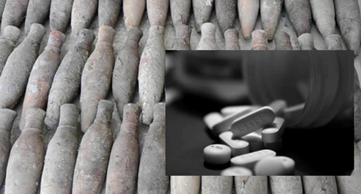 Portada - General: Antiguas botellas cerámicas con medicamentos halladas en Turquía. Detalle: píldoras antidepresivas modernas. (Ashley Rose / Flickr)