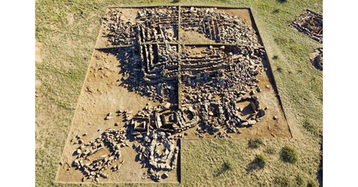 Portada - La pirámide recientemente descubierta que está siendo excavada en Kazajistán podría estar datada en unos 3.000 años de antigüedad. (Fotografía: Viktor Novozhenov)