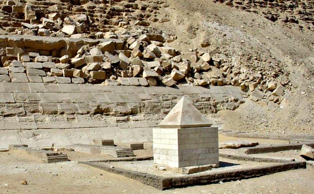 Portada - Vista panorámica del piramidión de la Pirámide Roja de Dashur. (Fotografía: Historia Enigmática).