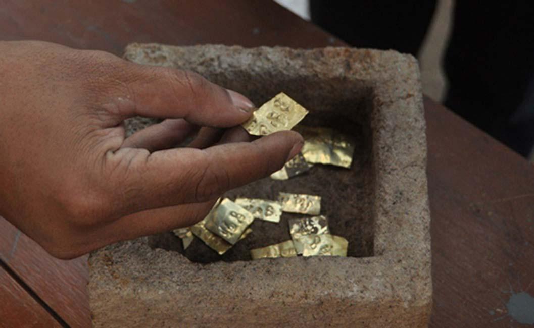 Portada - Las placas de oro con nombres de dioses de los vientos descubiertas recientemente en la isla indonesia de Java (Jakarta Post / Ganug Nugroho Adi)