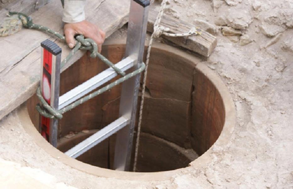Portada-Esta es la boca del pozo en el que los arqueólogos creen que los Atenienses invocaban a Apolo para adivinar su futuro en el agua. (Foto: Ministerio Griego de Cultura)
