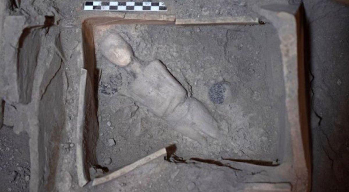 Portada - Figurita femenina protocicládica de mármol colocada diagonalmente en el fondo de un relicario sepultado por una antigua erupción volcánica. Fuente: Ministerio de Antigüedades de Grecia