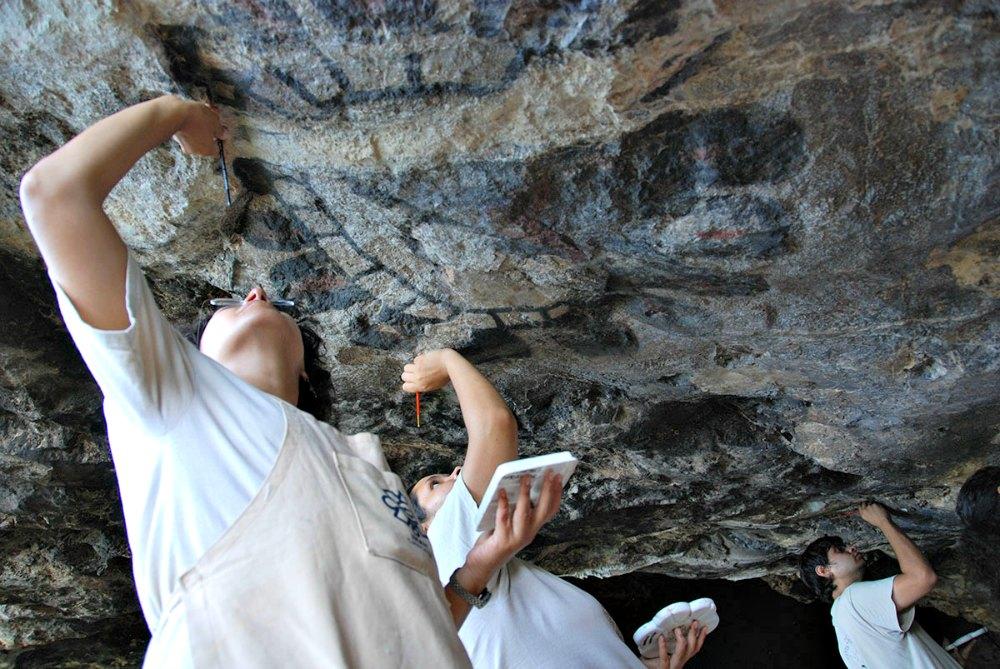 Portada - Especialistas del INAH durante las labores de restauración del conjunto pictórico de la cueva de Oxtotitlán. (Fotografía: Julio Bronimann/INAH)