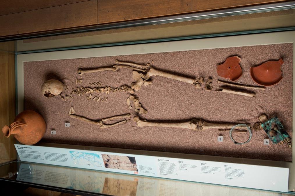 Portada-Los restos de esta mujer cuyo ADN era masculino iban acompañados de un ajuar funerario que lleva a los investigadores a pensar que ocupaba una alta posición social en su comunidad. (Fotografía: Museo de Londres)