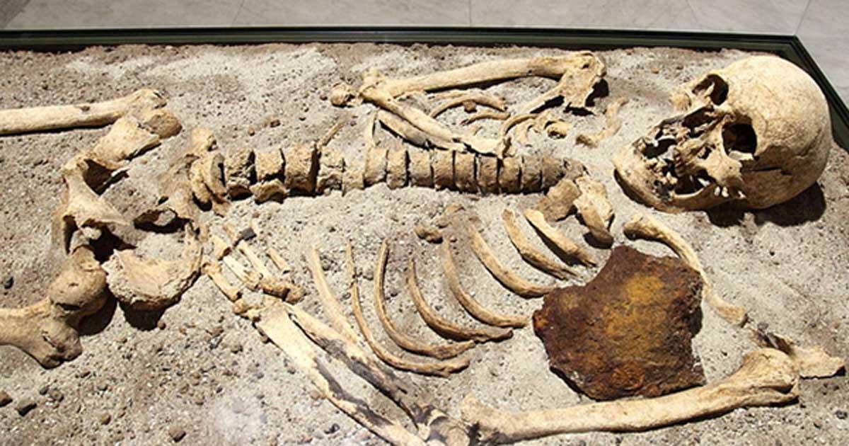 Portada - Esqueleto de hace 800 años hallado en Bulgaria con una barra de hierro clavada en el pecho. Fotografía: CC BY SA 3.0