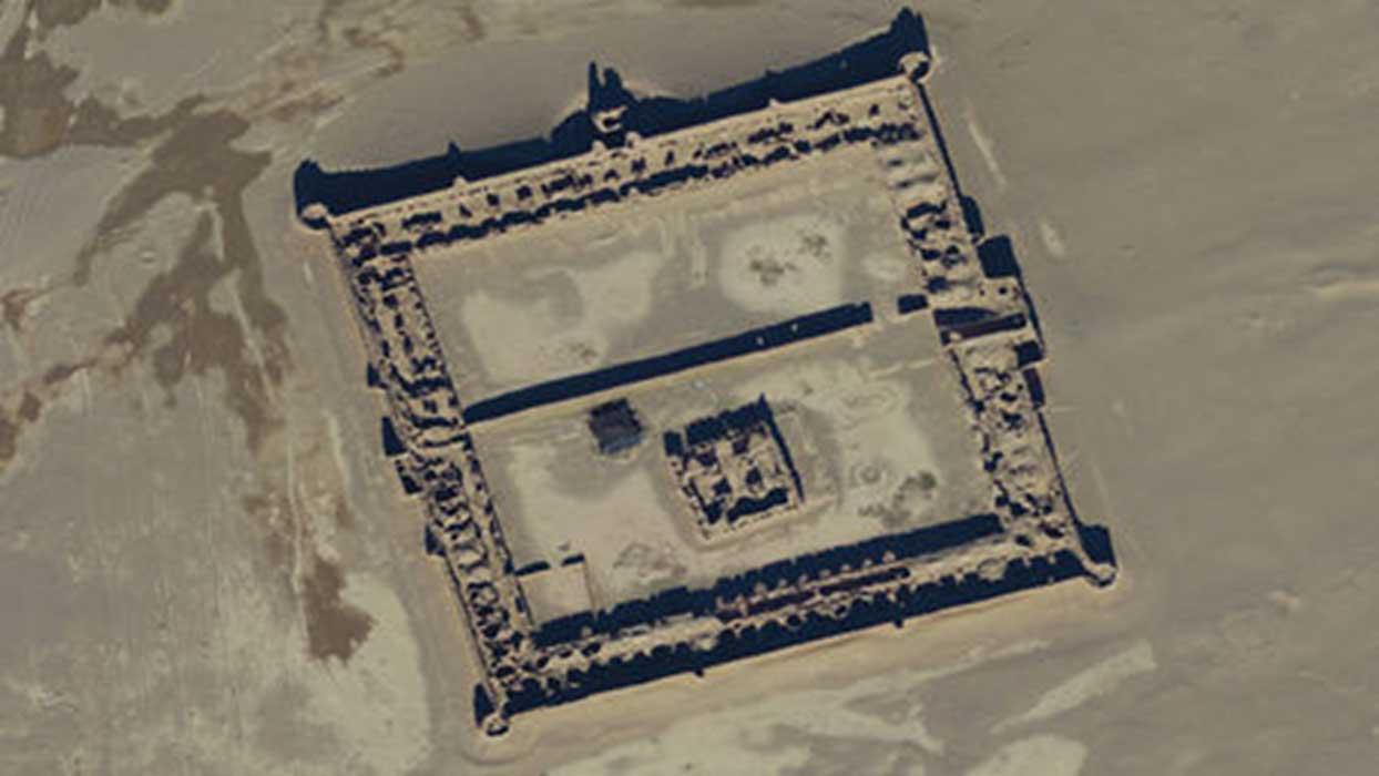 Portada - Imagen de satélite que muestra uno de los caravasares (posadas para caravanas) del siglo XVII que servían de albergue a las personas y animales que recorrían la Ruta de la seda. Fuente: Digitalglobe, Inc.