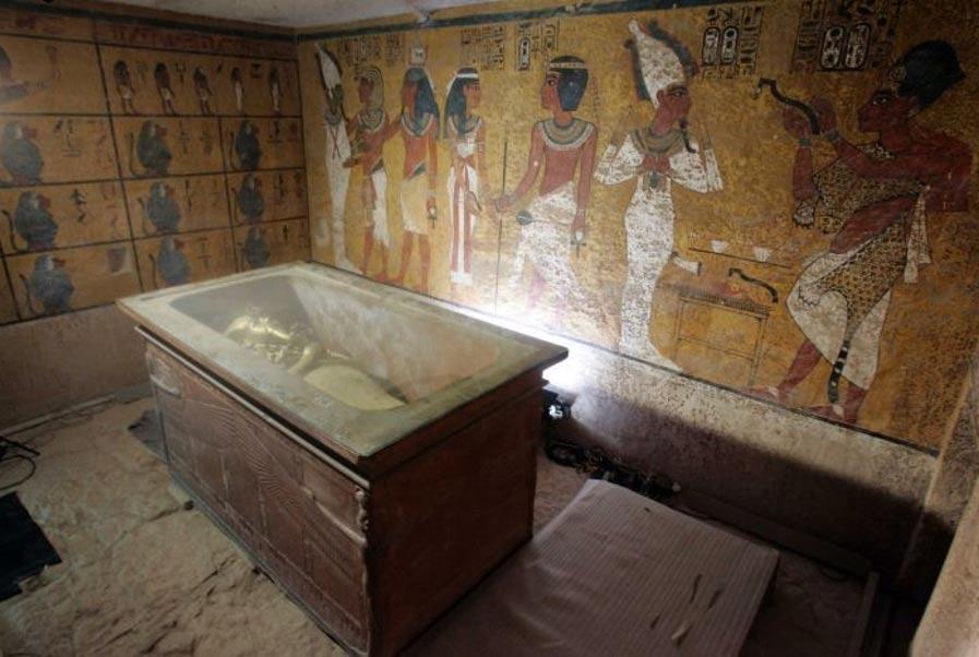 Portada-En esta tumba subterránea se puede observar el sarcófago de piedra que contiene la momia del rey Tut. Fotografía: Nasser Nuri.