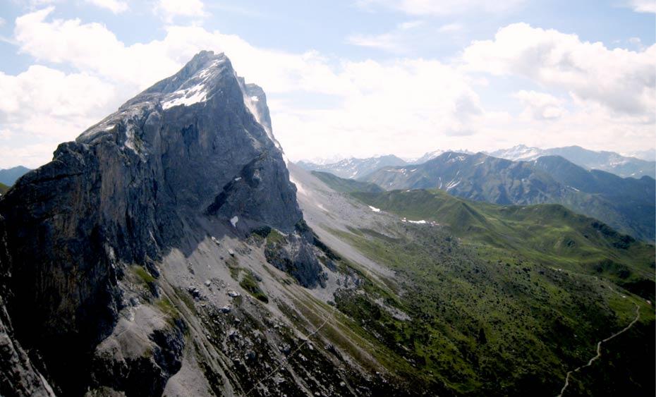 Portada-Vista del sistema montañoso de los Alpes Centrales. (Public Domain)