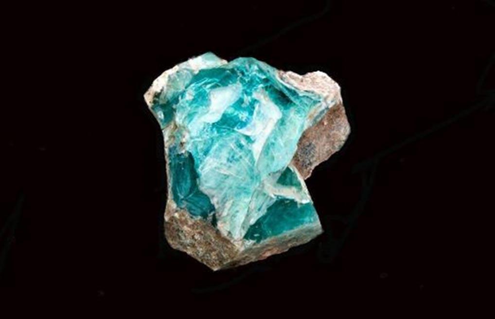 Portada-Fragmento de vidrio hallado en el horno descubierto recientemente (fotografía de estudio: Shmuel Magal, Autoridad de Antigüedades de Israel.)