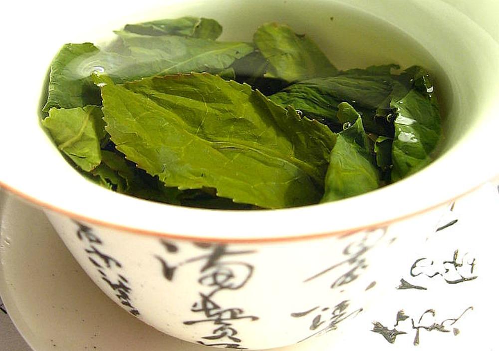 Portada - Hojas de té Oolong en el interior de un 'zhong' (un tipo de copa de té). (Wikimol/CC BY-SA 2.5)