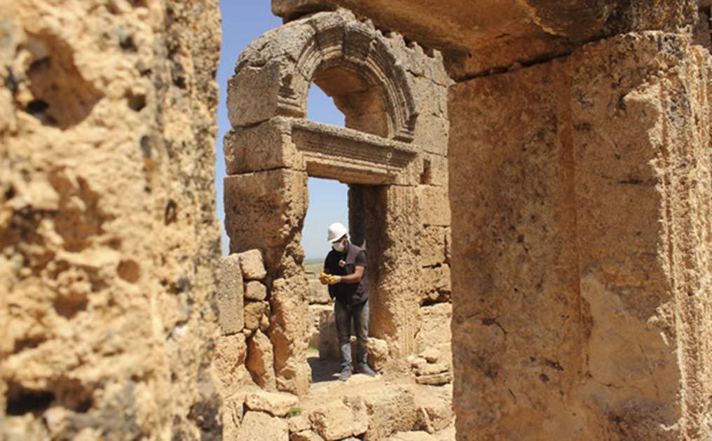 Portada - El conjunto incluye sendos templos subterráneos, uno cristiano y otro mitraico, un gran castillo, pasadizos secretos, tumbas talladas en la roca y canalizaciones de agua. (Daily Sabah photo)