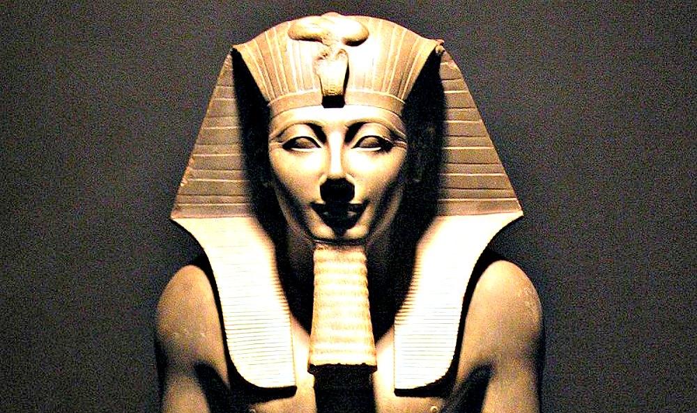 Portada - Detalle de la escultura de basalto del faraón Tutmosis III ubicada en el Museo de Luxor, Egipto. (Public Domain)