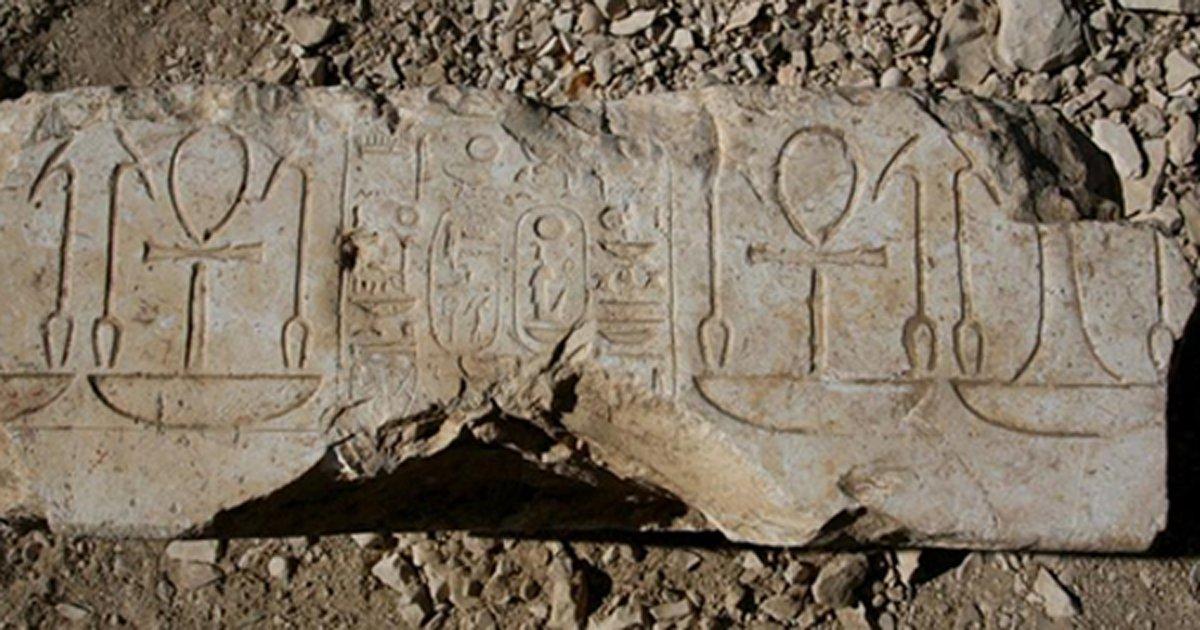 Portada - Base de la estatua que ha permitido identificar los restos del edificio descubierto hace más de 40 años por el arqueólogo egipcio Abu el-Ayun Barakat. (Fotografía: J. Iwaszczuk)