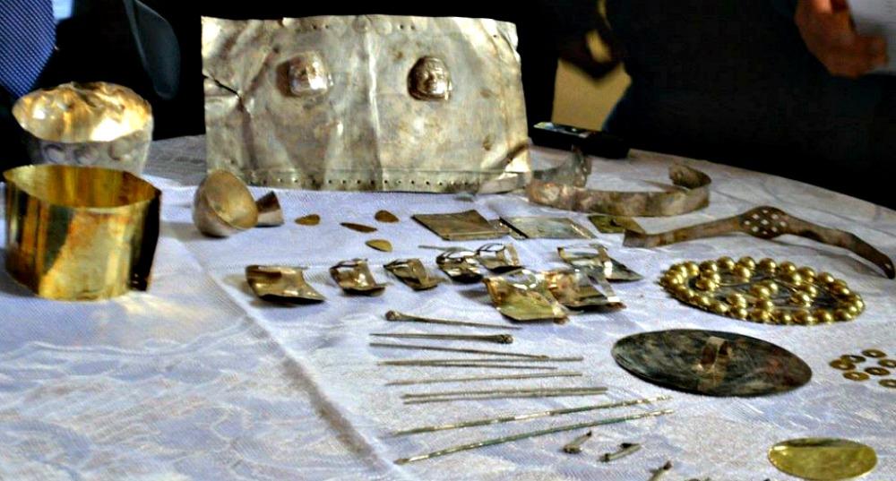 Portada - Algunos de los valiosísimos objetos de oro y plata descubiertos hace algunas semanas en Perú. (Fotografía: Arqueología del Perú).