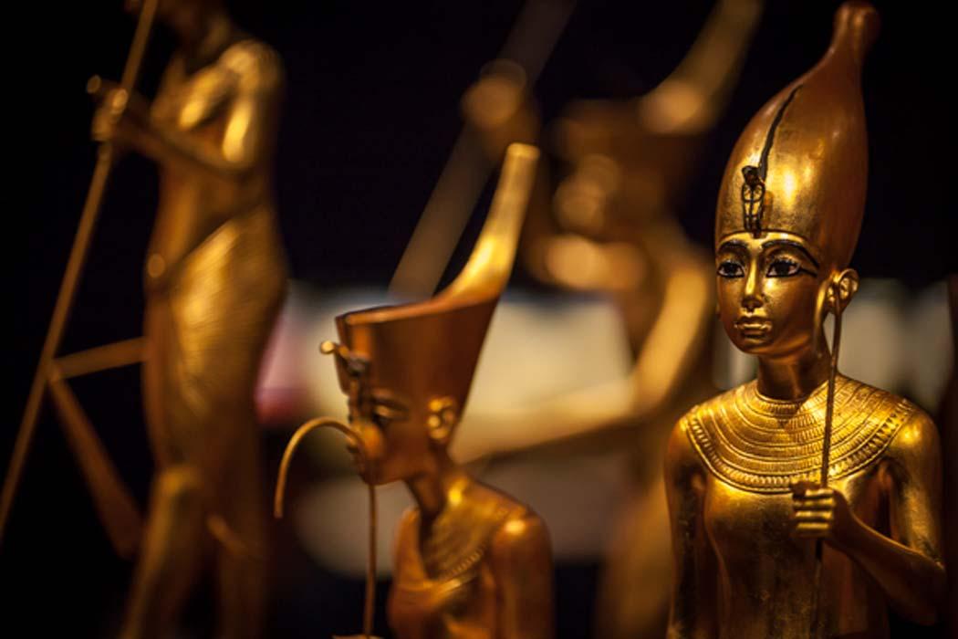 Portada - Piezas de oro halladas en el interior de la tumba de Tutankamón. (Talking Beautiful Stuff)