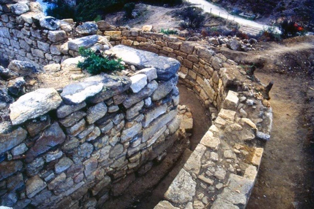 Portada - La tumba de Estagira descubierta en 1996 y que según arqueólogos griegos han revelado recientemente pertenece a Aristóteles. Fotografía: Greek Reporter.