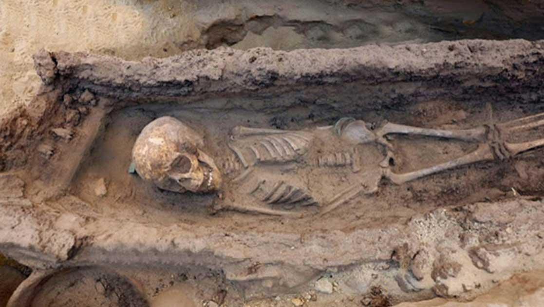 Portada - El esqueleto de un niño de edad comprendida entre 6 y 9 años, descubierto junto con objetos funerarios diversos. (Imagen: The Gebel el-Silsila Project 2017)