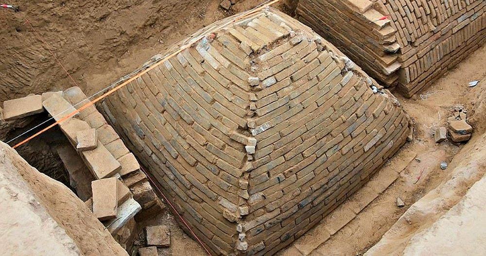 Portada - Vista superior de la tumba con forma piramidal descubierta recientemente en China. (Fotografía: Código Oculto)