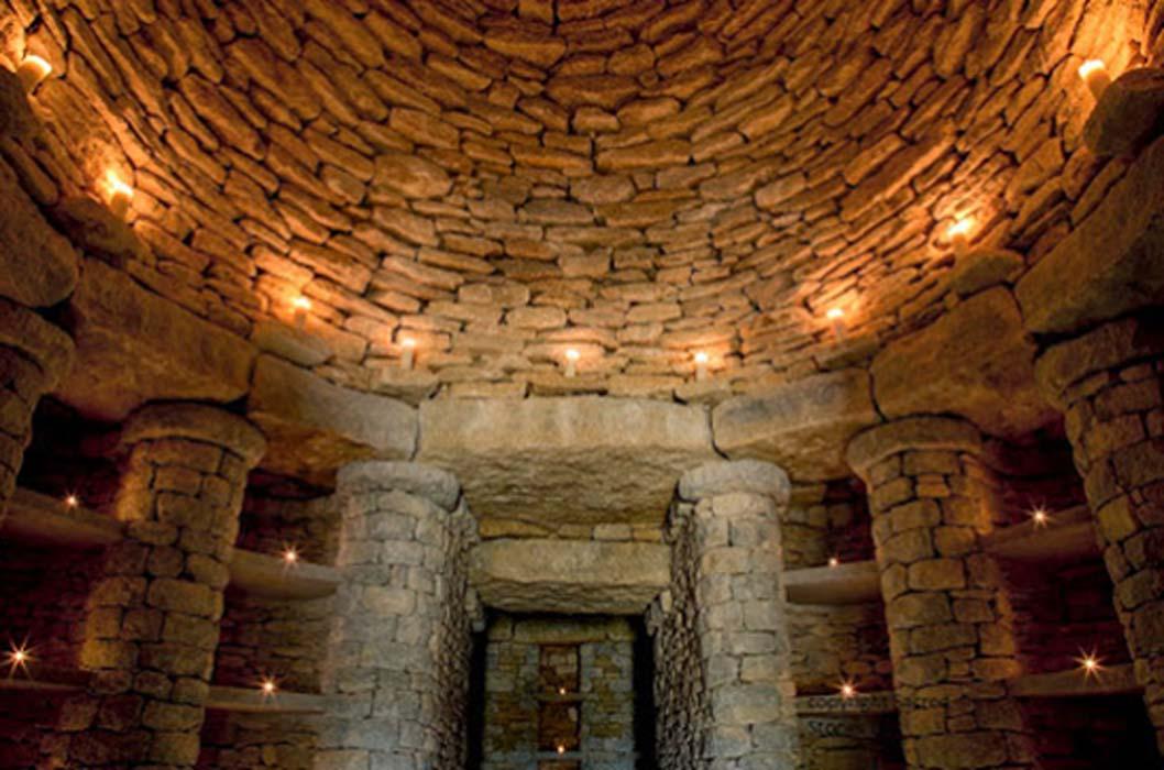 Portada - Interior del moderno túmulo funerario cuya construcción se va a llevar a cabo en Inglaterra. Copyright: Sacred Stones Ltd