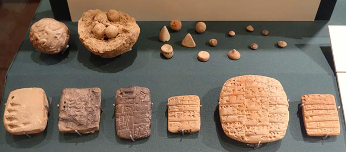 Portada - Bolas de arcilla con 'fichas' o contadores y evolución de la escritura cuneiforme. Elementos expuestos en el Museo del Instituto Oriental de la Universidad de Chicago, Chicago, Illinois, Estados Unidos. (Dominio público)