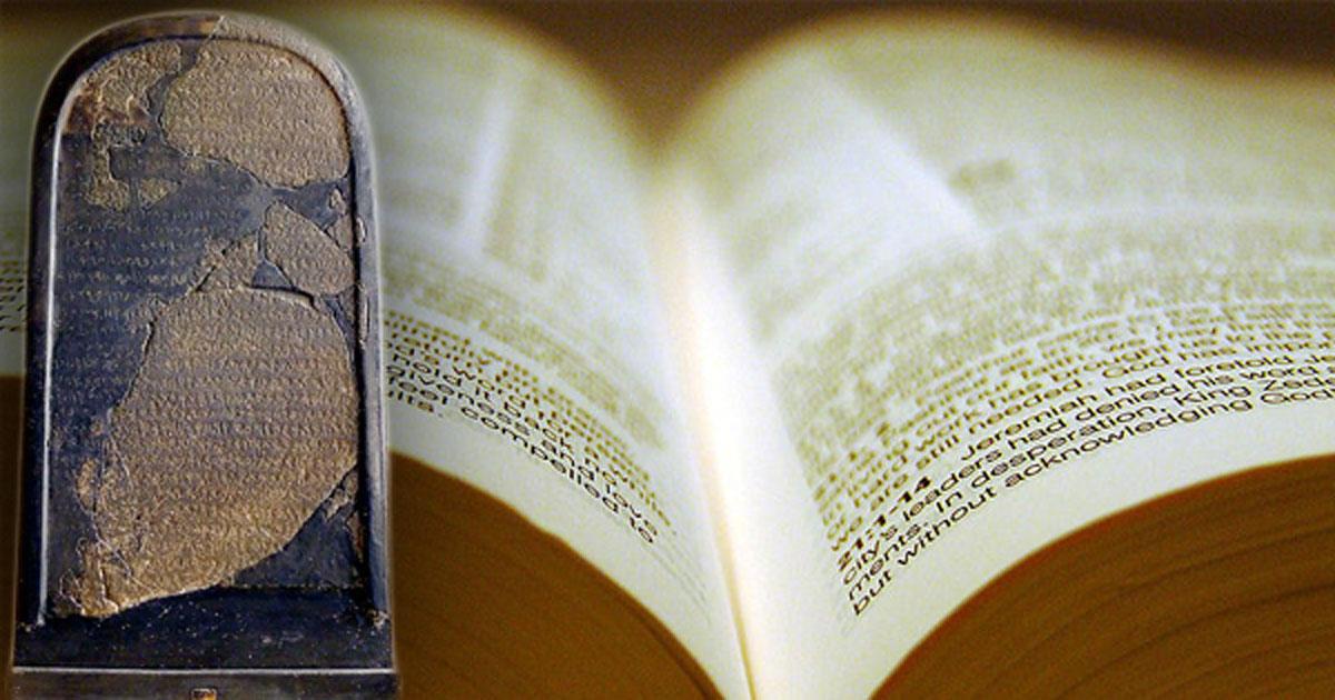 papel de la Biblia. (Dave Bullock / CC BY 2.0) Insertar: estela Mesha. (Mbzt / CC BY 3.0)