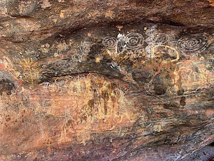 El arte rupestre aborigen de Uluru que ha sido dañado, con manchas de un fluido oscuro que se puede ver claramente. Fuente: Emma Haskin / ABC
