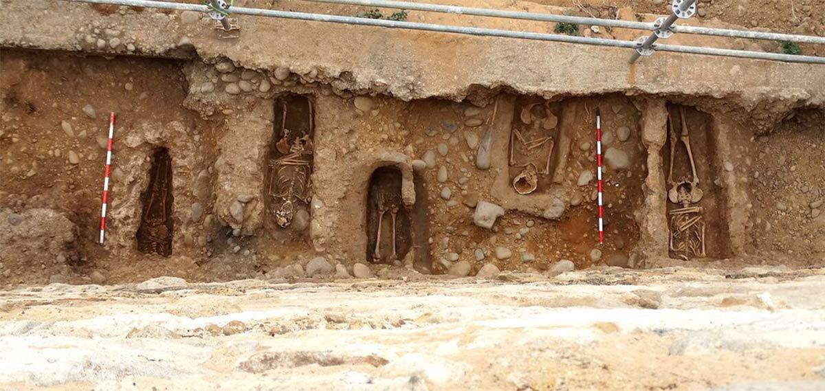 Los restos humanos descubiertos debajo y cerca de la muralla medieval de Almazán en Soria, España, son la base de un misterio arqueológico que los investigadores están tratando de descifrar.