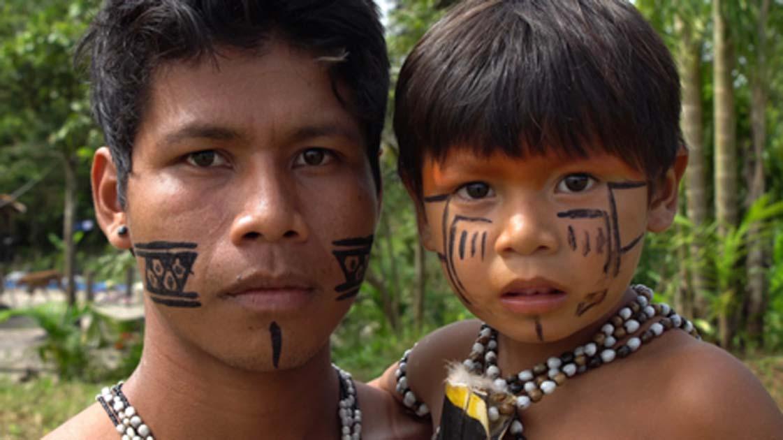 Indígena padre e hijo de la Amazonía. Crédito: gustavofrazao / Adobe Stock