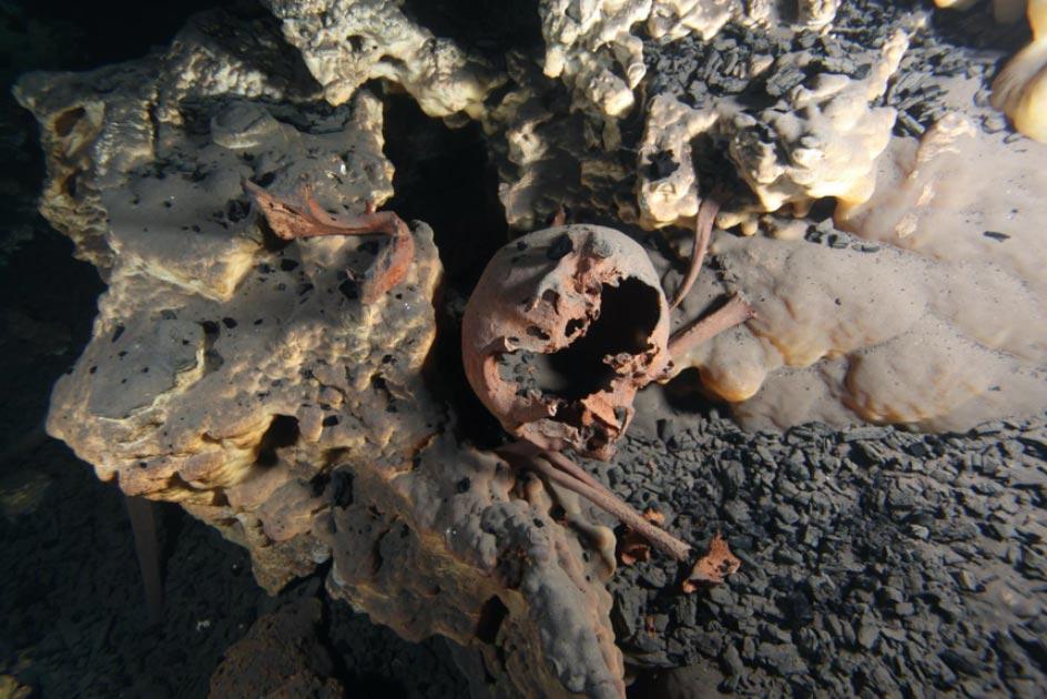 Posición original de los restos esqueléticos dentro de la cueva sumergida de Muknal. Fuente: Jerónimo Avilés / © 2020 Hubbe et al CC BY 4.0